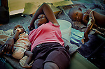 The cholera epidemic in Haiti has already killed 4.500 people and sickened more than 250.000. Enfermos de Colera atendidos en un centro de asistencia de emergencia en Cite Soleil, Puerto Principe, Haiti. Photo by Jose L. Cuesta