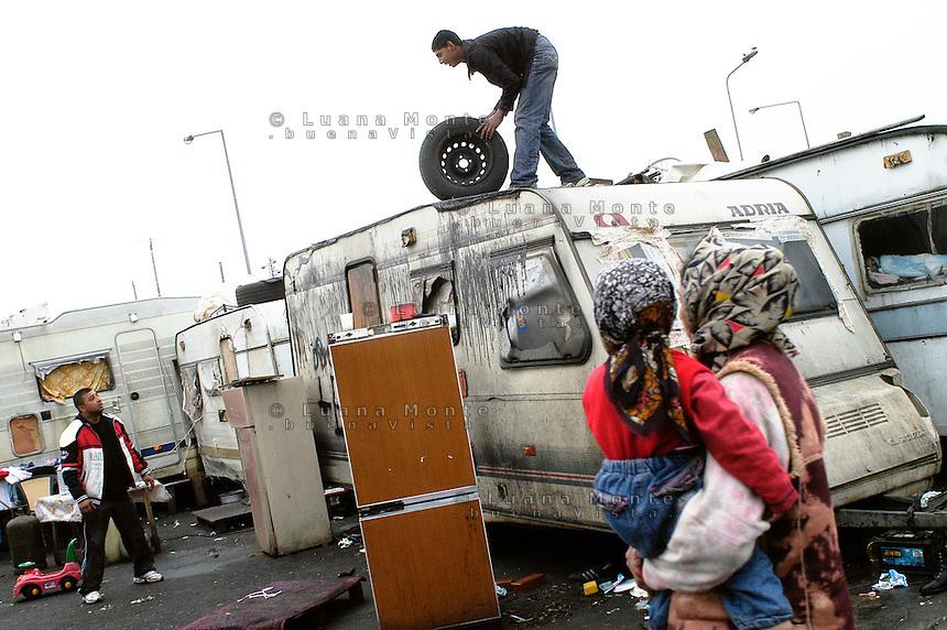 - Milano, Campo nomadi di via Triboniano. Ricollocamento delle roulottes nella nuova area attrezzata...- Milan, Roma gypsies camp in Triboniano street, caravans replacement in new equipped area .