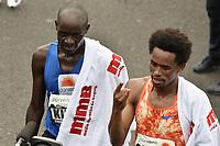 BOGOTÁ -COLOMBIA, 30-07-2017: Feyisa Lilesa (Der) de Etiopía, en categoría elite varones, se impuso en los 21 Km de la media maratón de Bogota 2017, mmB, con un tiempo de 1h 04m 30s. A la carrera asistieron más de 40.000 atletas. A la izquierda Peter Kirui de Kenia quien ocupo el segundo lugar. / Feyisa Lilesa (R) of Ethiopia, in elite men category, won in the 21 Km of the Bogota Half Marathon 2017, mmB, with a time of 1h 04m 30s. At this edition were more than 40.000 athletes. At left Peter Kirui from Kenya who arrived in the second place.  Photo: VizzorImage/ Gabriel Aponte / Staff