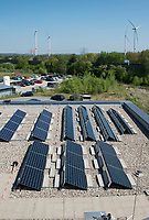 GERMANY Hamburg, HAW technolgy center CC4E with photovoltaic unit and Nordex wind farm Curslack / DEUTSCHLAND, Hamburg, HAW Technologiezentrum CC4E,  Dach mit PV Solaranlage, Hintergrund Windpark Curslack mit Nordex N117 Windkraftanlagen
