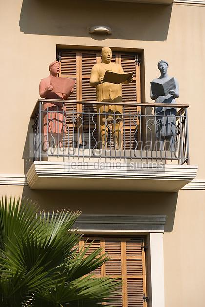 Asie/Israel/Tel-Aviv-Jaffa: Immeuble et personnages, architecture Bauhaus sur Boulevard Sderoth Rothschild