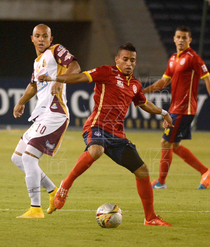 BARRANQUIILLA -COLOMBIA-26-04-2015. Leonel Garcia (Der) de Uniauntónoma disputa el balón con Jonathan Estrada (Izq) de Deportes Tolima en partido por la fecha 17 de la Liga Aguila I 2015 jugado en el estadio Metropolitano de la ciudad de Barranquilla./ Leonel Garcia  (R) player of Uniautonoma fights for the ball with  Jonathan Estrada (L) player of Deportes Tolima during match valid for the 17th date of the Aguila League I 2015 played at Metropolitano stadium in Barranquilla city.  Photo: VizzorImage/Alfonso Cervantes/Cont