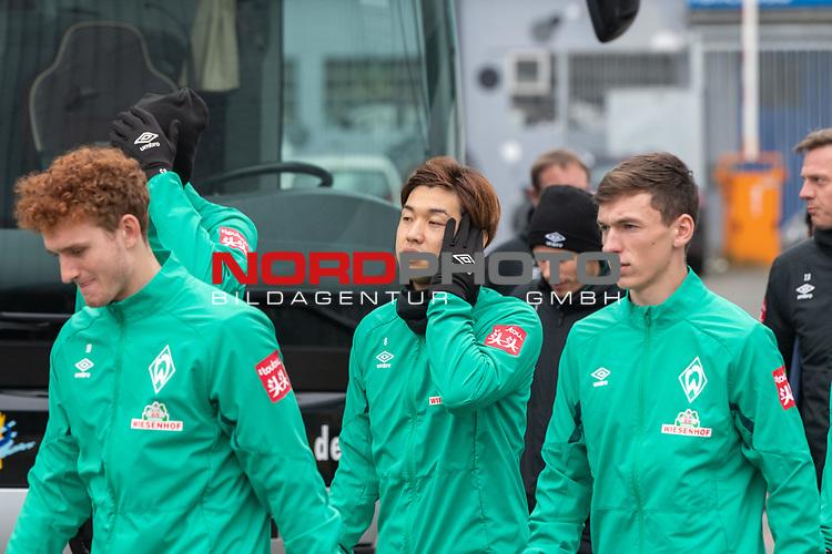 12.01.2020, Platz 11 am wohninvest Weserstadion, Bremen, GER, FSP SV WERDER BREMEN (GER)  vs Hannover 96<br /> <br /> im Bild / picture shows <br /> <br /> Spieler kommen aus der Kabine und gehen zu Platz 11 <br /> Joshua Sargent (Werder Bremen #19)<br /> Nick Woltemade (werder Bremen #41)<br /> Yuya Osako (Werder Bremen #08)<br /> Benjamin Goller (Werder Bremen #39)<br /> Foto © nordphoto / Kokenge