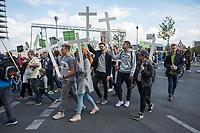 Ein sogenannter &quot;Marsch f&uuml;r das Leben&quot; des &quot;Bundesverband Lebensrecht&quot; fand am Samstag den 22. September 2018 in Berlin statt. Rechte und konservative Lebensschuetzer, von denen etliche mit Bussen aus Polen nach Berlin gefahren wurden, versammelten sich vor dem Hauptbahnhof und zogen mit Holzkreuzen durch die Stadt. Sie forderten ein Verbot von Schwangerschaftsabbruechen und Praktiken der Sterbehilfe, Stammzellforschung und Praeimplantationsdiagnostik.<br /> Im Anschluss soll ein oekumenischer Gottesdienst mit dem evangelischen Bischof Hans-Juergen Abromeit aus Greifswald und dem katholische Weihbischof Matthias Heinrich aus Berlin stattfinden.<br /> Der Marsch wurde begleitet von Protesten feministischer Gruppen, es kam zu Versuchen der rechten Aufmarsch zu blockieren.<br /> 22.9.2018, Berlin<br /> Copyright: Christian-Ditsch.de<br /> [Inhaltsveraendernde Manipulation des Fotos nur nach ausdruecklicher Genehmigung des Fotografen. Vereinbarungen ueber Abtretung von Persoenlichkeitsrechten/Model Release der abgebildeten Person/Personen liegen nicht vor. NO MODEL RELEASE! Nur fuer Redaktionelle Zwecke. Don't publish without copyright Christian-Ditsch.de, Veroeffentlichung nur mit Fotografennennung, sowie gegen Honorar, MwSt. und Beleg. Konto: I N G - D i B a, IBAN DE58500105175400192269, BIC INGDDEFFXXX, Kontakt: post@christian-ditsch.de<br /> Bei der Bearbeitung der Dateiinformationen darf die Urheberkennzeichnung in den EXIF- und  IPTC-Daten nicht entfernt werden, diese sind in digitalen Medien nach &sect;95c UrhG rechtlich geschuetzt. Der Urhebervermerk wird gemaess &sect;13 UrhG verlangt.]