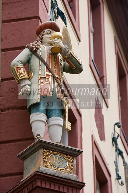 Europe/Allemagne/Bade-Würrtemberg/Heidelberg: détail statue homme tenant un verre à la façade de la maison baroque du Restaurant Perkéo dans la rue principale Hauptstrasse