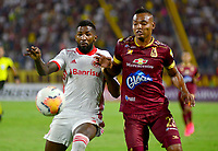 IBAGUE - COLOMBIA, 19-02-2020: Luis Fernando Miranda del Tolima disputa el balón con Rodinei del Internacional durante partido por la fase 3 ida de la Copa CONMEBOL Libertadores 2020 entre Deportes Tolima de Colombia y SC Internacional de Brasil jugado en el estadio Manuel Murillo Toro de la ciudad de Ibagué. / Luis Fernando Miranda of Tolima struggles the ball with Rodinei of Internacional during match for the phase 3 first leg as part of Copa CONMEBOL Libertadores 2020 between Deportes Tolima of Colombia and SC Internacional of Brazil played at Manuel Murillo Toro stadium in Ibague. Photo: VizzorImage / Juan Carlos Escobar / Cont