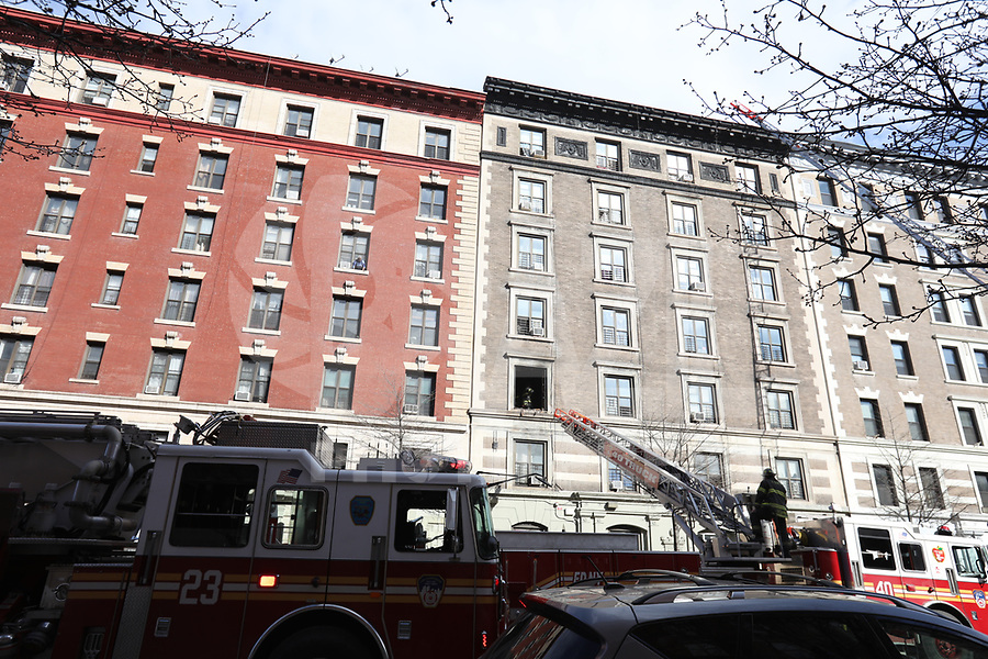 NEW YORK, NY, 20.03.2017 - INCENDIO-NEW YORK - Homens do corpo de bombeiros trabalham em um incendio na cozinha de um edificio no bairro do Harlem em Manhattan na cidade de New York nesta segunda-feira, 20. Na ha informacoes de feridos. (Foto: William Volcov/Brazil Photo Press)