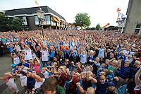 TURNEN: LEMMER: centrum Lemmer, 17-08-2012, Huldiging Olympisch kampioen Epke Zonderland, turncommentator Hans van Zetten (niet op de foto) presenteert de oefening en iedereen in het publiek doet mee, ©foto Martin de Jong