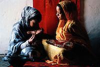 Gennaio 2010..Campo Profughi Saharawi Auserd..Ragazza saharawi si fa fare un tatuaggio sulle mani con l'henné..January 2010..Saharawi refugee camp Auserd..Saharawi girl you do a tattoo on her hands with henna