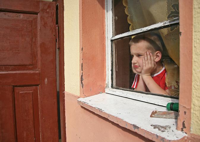 Wenn Eltern in den Westen ziehen, um dort für einen besseren Lohn als Zuhause in Polen zu arbeiten, lassen ihre Kinder in der Heimat zurück. Eurosieroty, also Eurowaisen, werden sie umgangssprachlich genannt. Oft kümmert sich der Partner um die Kinder, manchmal jedoch die Großeltern. Einige kommen kommen aber auch ins Heim..Bild: Der zehnjährige Szymon muss oft alleine spielen.