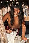 &Iacute;ndia Kalapalo ralando mandioca na Aldeia Aiha no Parque Ind&iacute;gena do Xingu | Kalapalo woman grating cassava at Aiha Village in the Xingu Indigenous Park<br /> <br /> LOCAL: Quer&ecirc;ncia, Mato Grosso, Brasil <br /> DATE: 07/2009 <br /> &copy;Pal&ecirc; Zuppani