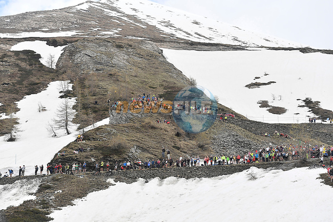 Fans line the Colle delle Finestre during Stage 19 of the 2018 Giro d'Italia, running 185km from Venaria Reale to Bardonecchia featuring the Cima Coppi of this Giro, the highest climb on the Colle delle Finestre with its gravel roads, before finishing on the final climb of the Jafferau, Italy. 25th May 2018.<br /> Picture: LaPresse/Fabio Ferrari | Cyclefile<br /> <br /> <br /> All photos usage must carry mandatory copyright credit (© Cyclefile | LaPresse/Fabio Ferrari)