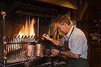 Europe/France/Rhone-Alpes/74/Haute-Savoie/ Chamonix: Restaurant: La Maison Carrier Pierre Carrier surveille la cuisson à la cheminée des carrés d'Agneau