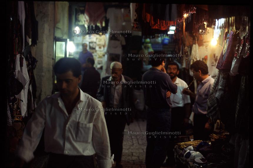 ISRAELE, Gerusalemme: strade del centro con bancarelle la sera. Passanti e gruppetti di persone in strada.
