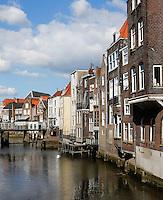 Huizen aan een grachtje in Dordrecht