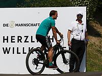 Assistenztrainer Thomas Schneider (Deutschland Germany) kommt mit dem Fahrrad - 26.05.2018: Training der Deutschen Nationalmannschaft zur WM-Vorbereitung in der Sportzone Rungg in Eppan/Südtirol