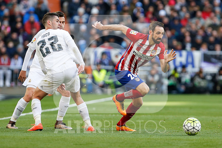 Real Madrid´s Isco and Atletico de Madrid´s Juanfran during 2015/16 La Liga match between Real Madrid and Atletico de Madrid at Santiago Bernabeu stadium in Madrid, Spain. February 27, 2016. (ALTERPHOTOS/Victor Blanco)