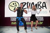 """SAO PAULO, SP, 07.09.2013. CLAUDIA LEITTE DANÇANDO ZUMBA FITNESS. A cantora Claudia Leitte visitou o stand da Zumba Fitness na Feira IHRSA onde apresentou a coreografia da música """"Lazy Groove"""", versão em inglês do hit """"Largadinho"""". A Zumba Fitness com 14 milhões de fãs em mais de 185 países, é uma marca global de fitness que mistura ritmos latinos e internacionais em coreografias eletrizantes. (Foto: Adriana Spaca/Brazil Photo Press)"""