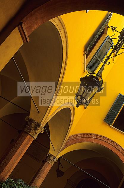 Europe/Italie/Emilie-Romagne/Bologne : Cour d'un hôtel particulier au n°7 via Marsala