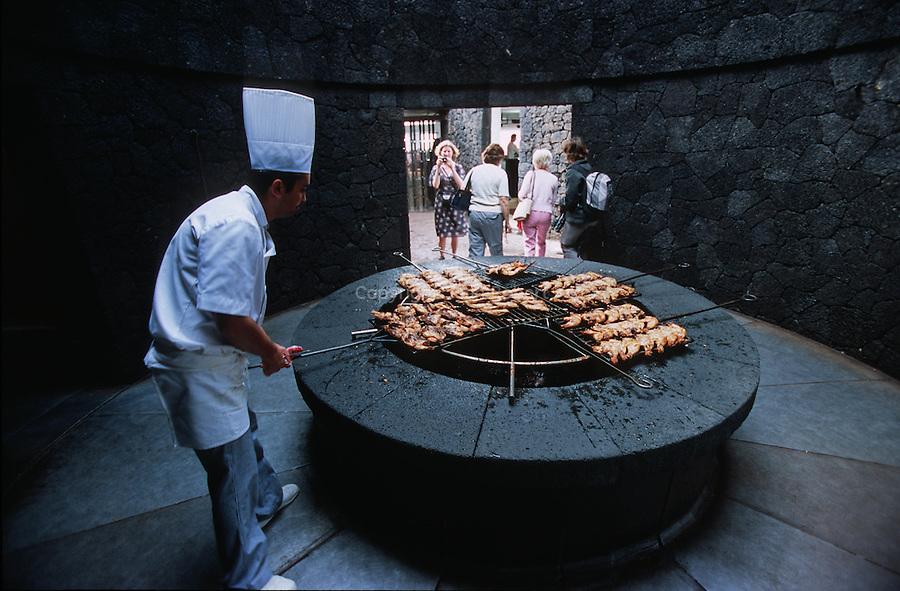 Restaurant El Diablo construit par Cesar Manrique au coeur du parc national de Timanfaya. La chaleur naturelle emise par le volcan est utilisee pour cuire les grillades. Ile de Lanzarote.