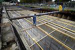 UTRECHT - In Utrecht werken medewerkers van Bruil Specialistische Bouwtechnieken aan een door Van Boekel gebouwd bergbezinkbassin. Het in opdracht van de gemeente gebouwde betonnen gevaarte is één van de vijftien bergbezinkbassins die worden aangelegd om in geval van hevige regenval ruim zestien miljoen liter water tijdelijk te kunnen opslaan. In deze ondergrondse waterbakken zal een deel van het vuil van het regenwater worden opgevangen waarna het hemelwater alsnog gelijdelijk naar het open water stroomt zonder stank te veroorzaken. COPYRIGHT TON BORSBOOM..