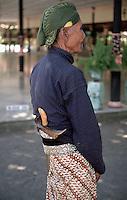 Indonesia, Java island, Yogyakarta:a sultan's guard in the sultan's palace (kraton).<br /> Indonesia; Giava, Yogyakarta: una guardia  del palazzo del Sultano denominato KRATON.