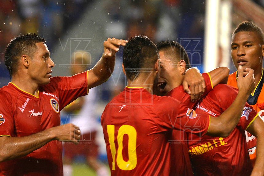 BARRANQUILLA - COLOMBIA - 01-07-2013: Jugadores de Univesidad Autonoma celebran el gol anotado durante el partido en el estadio Metropolitano Roberto Melendez de la ciudad de Barranquilla, julio 3 de 2013. Universidad Autonoma y Union Magdalena en partido por la final del Torneo Postobon I. (Foto: VizzorImage / Alfonso Cervantes / Str). The players of Universidad Autonoma celebrate the goal scored Tournament during a game in the Roberto Melendez Metropolitan Stadium in Barranquilla city, July 3, 2013. Universidad Autonoma and Union Magdalena in a match for the final of the Postobon I Tournament. (Photo: VizzorImage / Alfonso Cervantes / Str.)