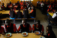 Nairobi .studenti durante la pausa pranzo nella mensa del college..Nairobi: students during lunch in the canteen of the college
