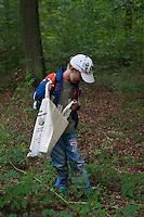 Kinder im Wald, Kinder erleben die Natur im Wald, Walderlebnistag, Schulkinder bei einer Waldexkursion, Exkursion, Kinder sammeln im Wald Blätter, Äste, Zapfen, Früchte, Grundschulklasse, Schulklasse