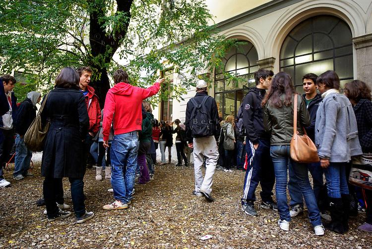Milano, cortile del Liceo Classico Statale Tito Livio --- Milan, the yard of Tito Livio high school