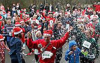 Nederland  Amsterdam 2016. Ugly Sweater Run. Hardlopen in het Vondelpark in je lelijkste Kersttrui. Klein sneeuwkanon.  Foto Berlinda van Dam / Hollandse Hoogte