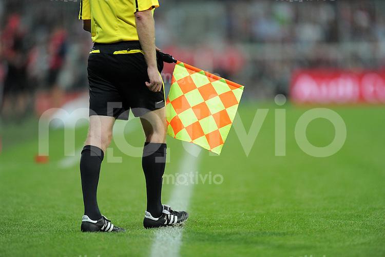 Fussball  International   Audi Cup 2011  Saison 2011/2012   26.07.2011 FC Bayern Muenchen - AC Mailand Linien Schiedsrichter mit Fahne