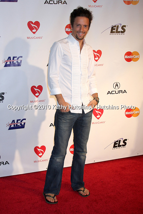 Jason Mraz.arriving at the MusiCares Person of the Year 2010 Tribute to Neil Young.Los Angeles Convention Center.Los Angeles, CA.January 29, 2010.©2010 Kathy Hutchins / Hutchins Photo....