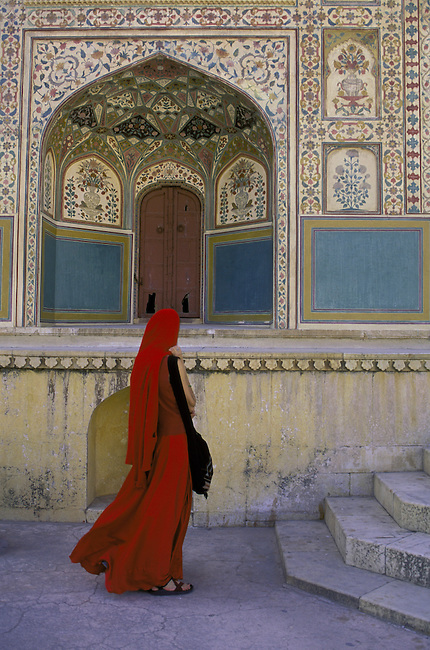 INDIA, JAIPUR, AMBER FORT, PALACE GATE, WOMAN