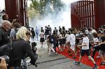 Foto: VidiPhoto<br /> <br /> RHENEN &ndash; In aanwezigheid van Chinese en Nederlandse hoogwaardigheidsbekleders, onder wie oud-premier J. P. Balkenende, hebben de Chinese ambassadeur Wu Ken en dierentuineigenaar Marcel Boekhoorn, dinsdag officieel het nieuwe reuzenpandaverblijf Pandasia (9000 vierkante meter) in Ouwehands Dierenpark in Rhenen geopend. Direct daarna mochten de twee panda&rsquo;s Xing Ya en Wu Wen hun nieuwe onderkomen verkennen. De dieren zijn op 12 april al gearriveerd maar verbleven tot dinsdag achter de schermen in quarantaine. Aan de komst van de panda&rsquo;s is zestien jaar voorbereiding aan vooraf gegaan. De bouw van Pandasia heeft 7 miljoen euro gekosten. De panda&rsquo;s blijven eigendom van de Chinese overheid. Ouwehands huurt ze voor 1 miljoen dollar per stuk per jaar. Bezoekers mogen de dieren vanaf woensdag alleen bezoeken met online tickets om parkeeroverlast te te grote drukte te voorkomen. Omdat er te weinig parkeerruimte is bij het park zijn buurgemeente niet blij met de komst van de panda&rsquo;s. Zij vrezen enorme verkeersoverlast. Foto: Kinderen mogen als eerste naar binnen.