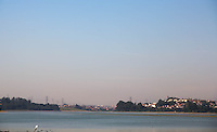 SAO PAULO, SP - 30.10.2014 - SISTEMA RIO GRANDE | SECA - Nivel do Rio Grande mantém constante queda e deixa a represa Billing, na zona sul de São Paulo, operando abaixo de 70% de sua capacidade. O nível baixo nesta quinta-feira (30) deixa visível a poluição, acúmulo de lixo e bancos de areia em sua extensão.<br /> <br /> (foto: Fabricio Bomjardim / Brazil Photo Press).