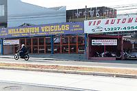 Campinas (SP), 15/04/2020 - Covid-19/Comércio - Comerciantes da área de venda e compra de veículos que estão fechados por causa da quarentena do Covid-19, localizados na avenida das Amoreiras, no Jd do Lago, na cidade de Campinas, interior de São Paulo, colocam faixas em frente de suas lojas, pedindo para voltar ao trabalho.