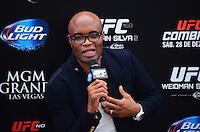 RIO DE JANEIRO, RJ, 29 DE SETEMBRO DE 2013 - UFC / ANDERSON SILVA E CHRIS WEIDMAN- Chris Weidman Anderson Silva na coletiva de imprensapara a revanche no UFC 168: WEIDMAN vs. SILVA 2, que ocorre no sábado, dia 28 de dezembro, na MGM Grand Garden Arena, em Las Vegas. campeão peso médio do UFC Chris Weidman e o ex-campeão da categoria Anderson Silva visitaram sete cidades em sete dias, em um hotel em Copacabana, na zona sul do Rio de Janeiro. (Foto: Marcelo Fonseca / Brazil Photo Press).
