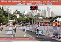 SAO PAULO, SP, 04 DE MARCO DE 2012 - MEIA MARATONA INTERNACIONAL DE SAO PAULO - Pasalia Kipcoech Chepkorir (QUE) vencedora da prova feminina durante a Meia Maratona Internacional de Sao Paulo, na Praca Charles Muller, na manha deste domingo, 04. FOTO WARLEY LEITE - BRAZIL PHOTO PRESS.