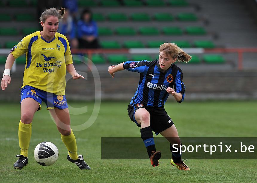 Club Brugge Dames - STVV Sint Truidense VV : Marlies Verbruggen in duel met Yana Haesebroek (r).foto DAVID CATRY / Nikonpro.be