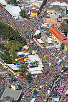 RECIFE, PE, 01.03.2014 - CARNAVAL / RECIFE / GALO DA MADRUGADA - <br /> Vista aérea do Galo da Madrugada, maior bloco de carnaval do mundo, no centro de Recife, na manhã deste sábado (01). Foto: William Volcov / Brazil Photo Press).