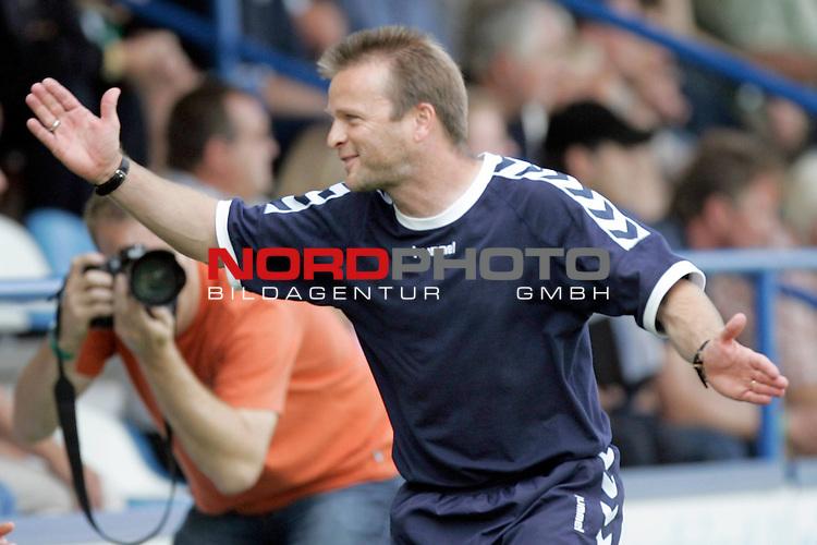 RLN 05 / 06 - 8. Spieltag<br /> <br /> Kickers Emden vs VFB Luebeck<br /> <br /> Abpfiff in Emden, Luebecks Trainer Stefan Boeger feiert den knappen 0:1 Sieg seiner Mannschaft und die Tabellenfuehrung <br /> <br /> <br /> <br /> Foto &copy; nordphoto <br /> <br /> <br /> <br />  *** Local Caption *** Foto ist honorarpflichtig! zzgl. gesetzl. MwSt.<br /> <br />  Belegexemplar erforderlich