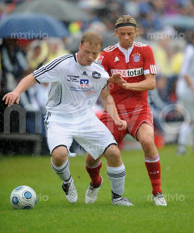 FUSSBALL     1. BUNDESLIGA     SAISON 2009/2010     11.07.2009 Testspiel Die Rodn Waginga - FC Bayern Muenchen  Einzelaktion  Anatoliy Tymoshchuk  ( FC Bayern ) Florian Schwangler ( TSV Waging )