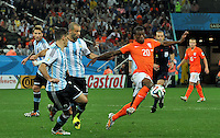 SAO PAULO - BRASIL -09-07-2014. Javier Mascherano (#14) jugador de Argentina (ARG) disputa un balón con Georginio Wijnaldum (#20) jugador de Holanda (NED) durante partido de las semifinales por la Copa Mundial de la FIFA Brasil 2014 jugado en el estadio Arena de Sao Paulo./ Javier Mascherano (#14) player of Argentina (ARG) fights the ball with Georginio Wijnaldum (#20) player of Netherlands (NED) during the match of the Semifinal for the 2014 FIFA World Cup Brazil played at Arena de Sao Paulo stadium. Photo: VizzorImage / Alfredo Gutiérrez / Contribuidor