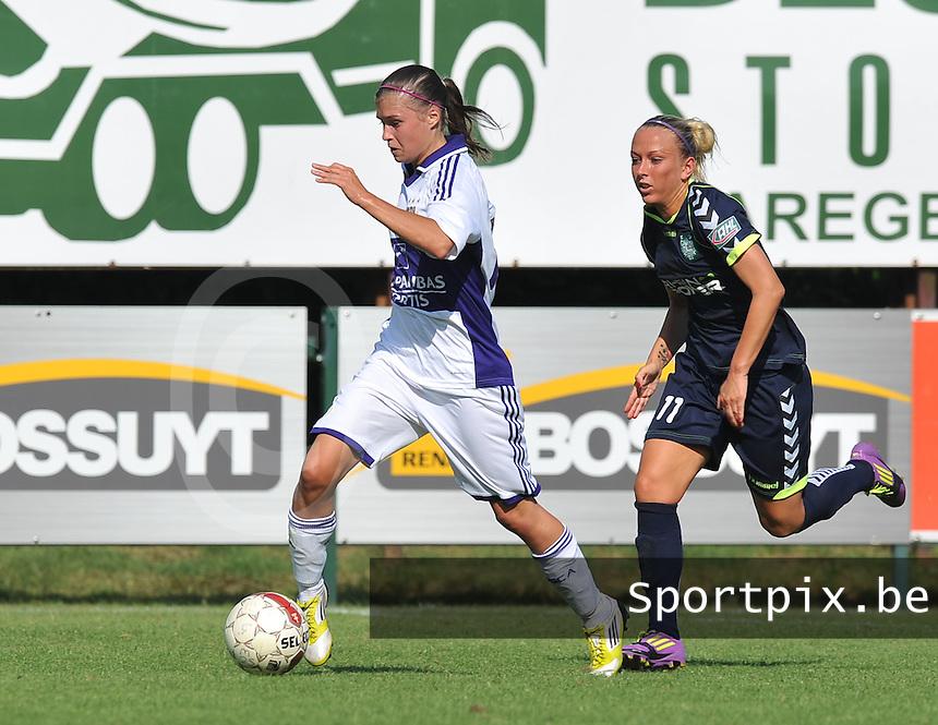 RSC Anderlecht Dames : Anaelle Wiard aan de bal voor Mandy Islacker van Duisburg.foto DAVID CATRY / Vrouwenteam.be