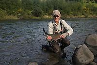 Mann med regnbueørret ---- Man with rainbow trout