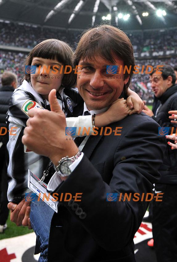 """Antonio CONTE  con la figlia (Juventus campione d Italia).Torino 13/05/2012 Stadio """"Juventus stadium"""".Serie A 2011/2012.Football Calcio Juventus Vs Atalanta.Foto Insidefoto Alessandro Sabattini."""