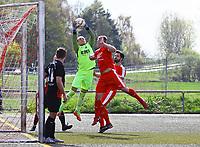 Imre Knyaz (SG Unter-Abtsteinach) hält vor Sebastian Krieg (SKV Büttelborn)- Büttelborn 15.04.2018: SKV Büttelborn vs. SG Unter-Abtsteinach