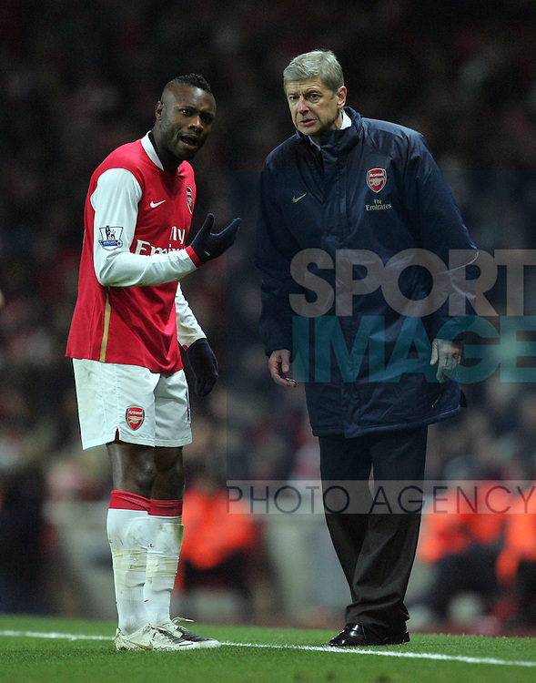 Arsenal's William Gallas chats with manager Arsene Wenger