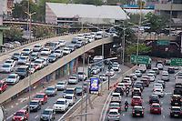 SÃO PAULO-SP-09,10,2014-TRÂNSITO SÃO PAULO/VALE DO ANHANGABAÚ - O Motorista enfrenta lentidão no Vale do Anhangabaú/Avenida 23 de Maio/9 de Julho.Região central cidade de São Paulo,no meio da tarde dessa Quinta-Feira,09 (Foto:Kevin David/Brazil Photo Press